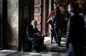 648142-grand-pere-dobri-mendie-aupres-des-fideles-devant-la-cathedrale-alexandre-nevski-de-sofia-le-20-avri