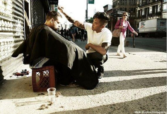 À New-York, un coiffeur coupe gratuitement les cheveux des sans-abris (1/4)
